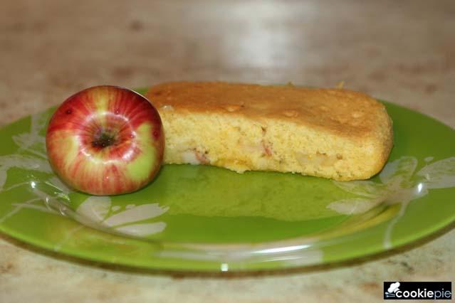 Шарлотка с летними яблоками