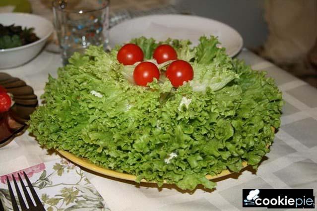 Закуска из листьев салата (латук, дубачик) с сыром