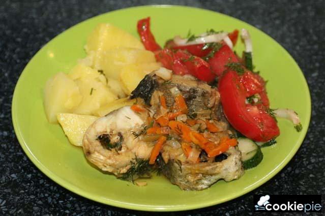 Хек тушёный с овощами