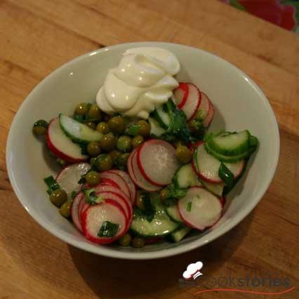 Салат с редиской и горошком
